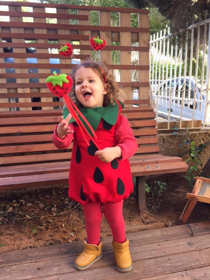 מיקה בתחפושת של תות