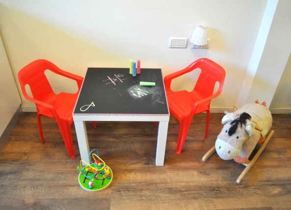שולחן איקאה מצופה בטפט לוח גיר